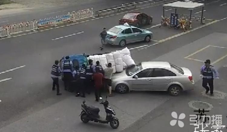 20秒!警民合力扶正侧翻车辆,救出被困人员