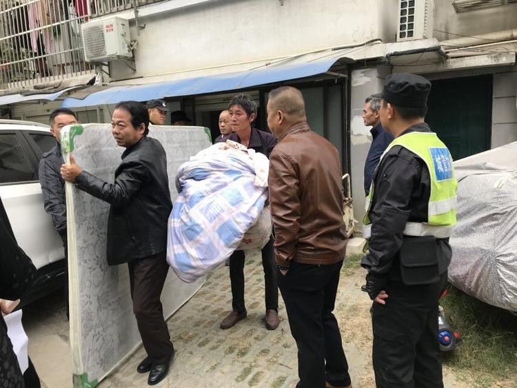 """梅亭苑小區車庫住人整治行動實現""""一窩端"""""""